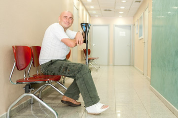 man with  fractured waits for doctor
