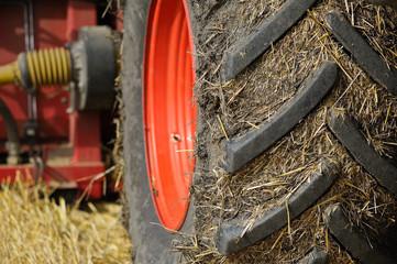 Dreckiger Reifen eines Traktor