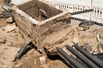 Ein alter Kabelschacht aus Beton wird verschrottet