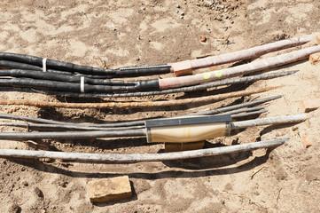 Arbeiten an der Stromversorgung - Kabel liegen im Sand