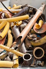 Verschiedene Rohre in einem Container - Schrott - Abfall