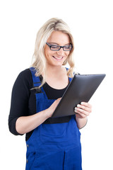 Frau in Arbeitskleidung mit digitalem Tablet-Pc