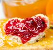 Leckerer Fruchtgenuss: Marmeladenbrot in Herzform :)