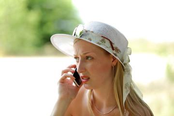 Smutna dziewczyna rozmawia przez telefon.