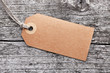 Label vor Holzhintergrund - 68257563