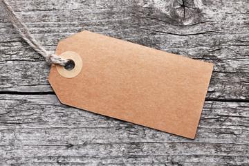 Label vor Holzhintergrund