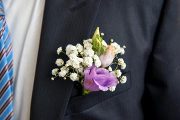 Vestito dello sposo con boutonnière
