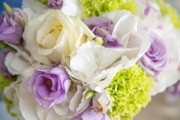 Bouquet sposa rotondo di fiori freschi misti