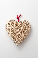 Addobbo a forma di cuore di legno intrecciato per cerimonie