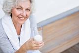 Seniorin mit einem Glas Milch