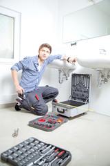 handwerker im badezimmer waschbecken montage