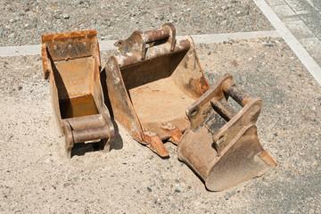 Drei Baggerschaufeln - Tiefenlöffel - für einen Minibagger