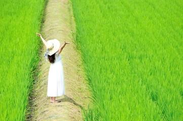 白いワンピースを着た女性と田舎の畑