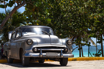 Kuba amerikanischer Oldtimer parkt am Strand