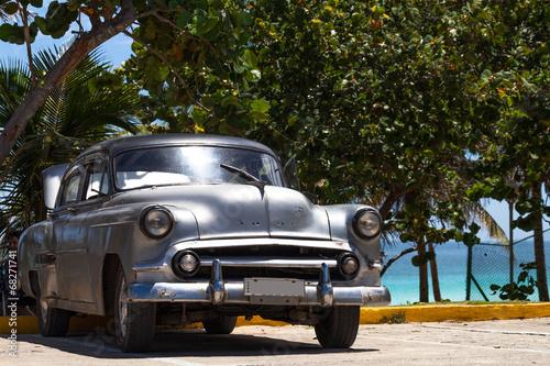 Kuba amerikanischer Oldtimer parkt am Strand - 68271741