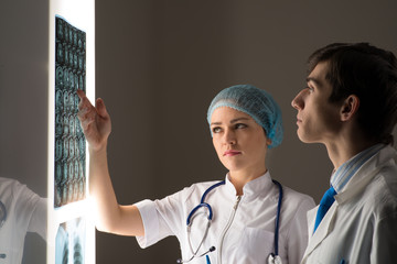 medical colleagues confer near the x-ray image