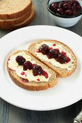 confettura di ciliege su pane