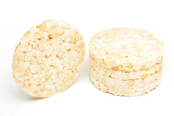 snack di riso su sfondo bianco