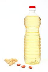 olio di arachidi in bottiglia di plastica sfondo bianco