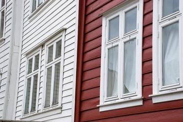 skandinavische häuser in rot und weiß, bergen