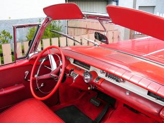 Rotes Lenkrad und Armaturenbrett eines alten Cabriolets