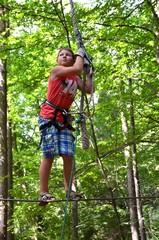 Junge beim Klettern im Kletterwald