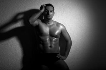 Junger muskulöser Mann Oberkörper frei blickt sexy