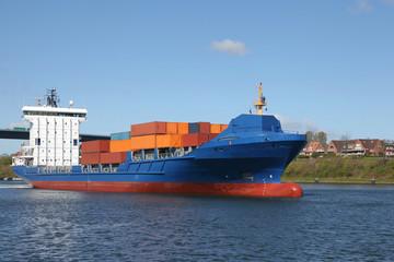 Frachtschiff mit Containern auf dem Kiel Kanal