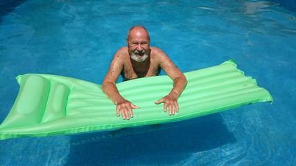 Anciano bañándose en la piscina