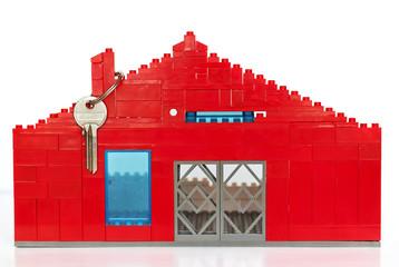 Casa hecha de figuritas de plastico y llave de metal