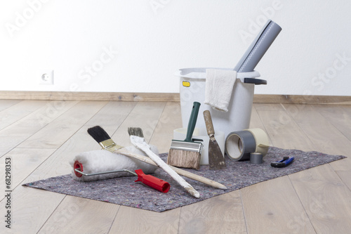 Wohnung streichen mit Farbroller, Pinsel, Eimer auf Malerfilz - 68298353