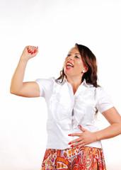Frau jubelt mit gehobenem Arm