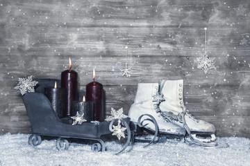 Dekoration Weihnachten: Shabby Chic mit vier Kerzen auf Holz