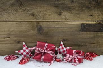 Dekoration Weihnachten: Weihnachtsgeschenke in Rot kariert