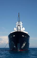 Schiffsbug einer Luxus Yacht vor blauem Himmel