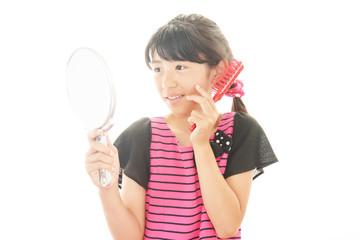 手鏡を見ている少女