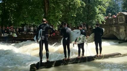 Vier surfer in der Großstadt München