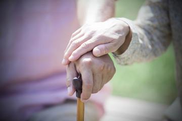 杖を握るシニア