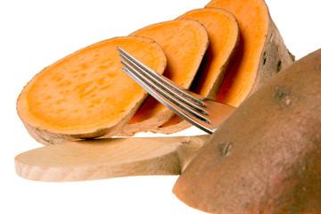 Süßkartoffel mit Kochlöffel und Gabel