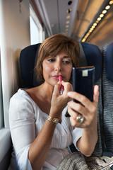 Donna con rossetto sul treno