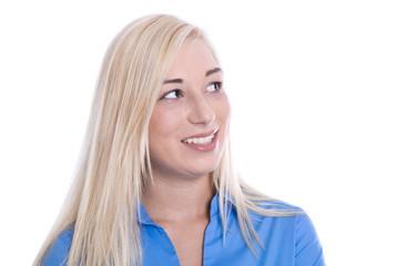 Junge Frau isoliert blickt lächelnd zur Seite - Sommersprossen