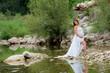 femme enceinte au bord d'une rivière