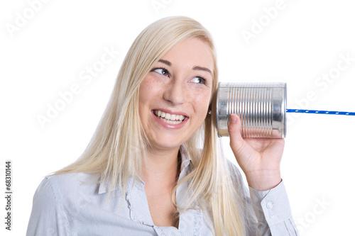 Konzept Kommunikation, Marketing: Frau mit Büchsentelefon