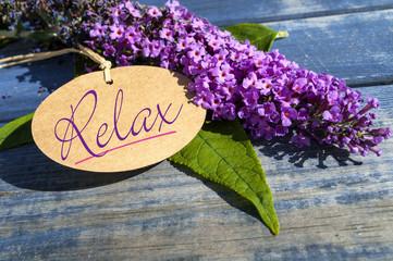 Flieder auf Holz mit Schild und Relax