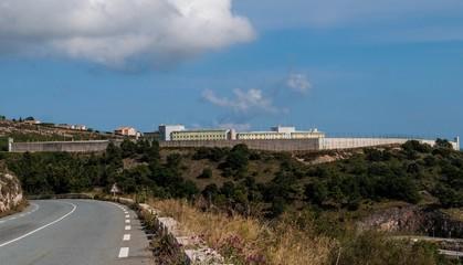 Prison et miradors.