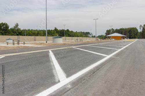 Neu gebaute Parkplätze an der Autobahn - 68312537