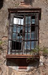 Fenster mit gebrochenen Scheiben