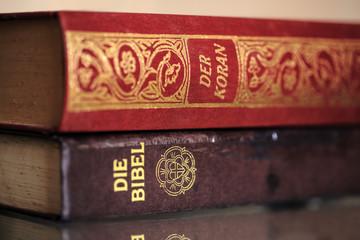 Koran auf Bibel Szene