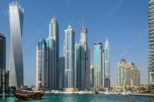 Leinwandbild Motiv Dhau und Wolkenkratzer in der Marina von Dubai, VAE