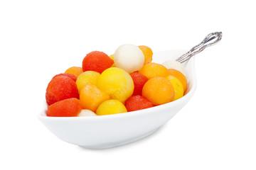 Porzellanschale mit Melonenbällchen und Löffel